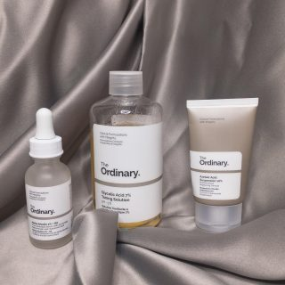 The acne scar/ hyperpigmentation killer set.   In my latest blog post I share how these three affordable products can change your skin. You guys may know by now that I love me some @theordinary , because it works without breaking the bank.   I tell you all about my experience with these products on the blog, if you haven't read it yet the link is in my bio.  . . . . . . #caribbeanblogger #caribbeangirlswhoblog #jamaicanblog #blackgirlblogger #jamaicanblogger #theordinary #skincare #contentcreator #blogger #caribbeancontentcreator #iphoneshots #jamaicanyoutuber #azelaicacid #honestgram #blackgirlswhoblog #hyperpigmentation